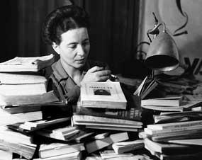 1908. január 9-én született SIMONE DE BEAUVOIR francia írónő, filozófus