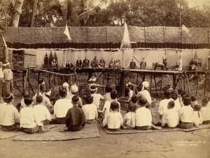 Burmai gyerekek bábelőadást néznek, 1895