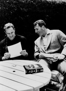 Marlon Brando és Irwin Shaw  957.  Shaw írta Az Oroszlánkölykök című könyvet, amit megfilmesítettek és 1958-ban mutattak be, Marlon Brando főszereplésével.