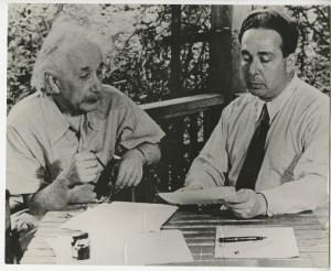 Albert Einstein és Szilárd Leó levelet írnak az amerikai elnöknek.