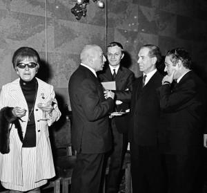 Alfonzó Darvas Ivánnal, Fock Jenővel és Kazimir Károllyal 1969-ben a Parlamentben a kiváló és érdemes művészi díjak átadása után. Előttük balra egyedül Mezey Mária