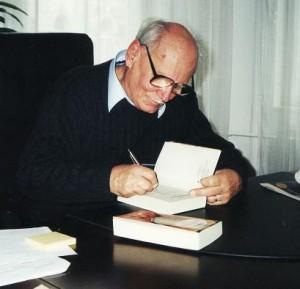 Göncz Árpád 2002-ben, a Gyűrűk ura dedikálása közben irodájában