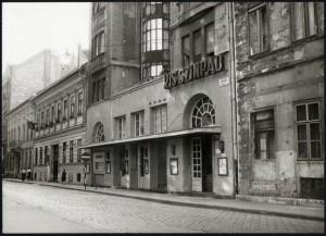 Az épület falai között a XX. század legnagyobb szórakoztatói, többek között a fiatal Alfonzó, Feleki Kamill, a Latabár fivérek, Rodolfó léptek fel, itt debütált szerzőként Rejtő Jenő is.