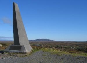 Az első transzatlanti repülés emlékműve a leszállóhely közelében Alcock és Brown emlékére (Írország)