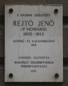 Rejtő Jenő emléktáblája szülőháza falán