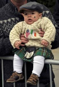 Egy éves kisfiú nézi New Yorkban a Szent Patrik napi felvonulást