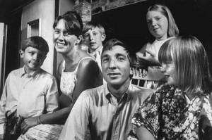 John Updike feleségével és gyermekeivel (Ipswich, Massachusetts) 1966.