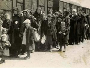 Az országból elhurcolt magyarok várnak arra, hogy kiválogassák őket. A terhes és gyermekes anyákra, csecsemőkre, a 14 év alatti gyerekekre, idősekre és munkaképtelenekre kevés kivételtől eltekintve borzalmas halál várt. (1944. május 27.) A holokauszt minden tizedik, a legnagyobb náci megsemmisítő tábor, Auschwitz-Birkenau minden harmadik áldozata magyar volt.