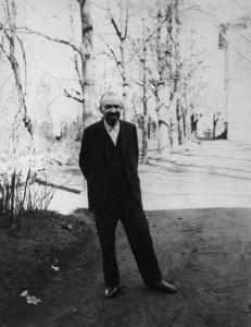 Juhász Gyula a Szegedi Idegklinika kertjében (A költőről készült utolsó fotó.)