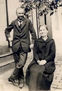 Juhász Gyula édesanyjával szegedi házuk udvarán 1923. május 21.