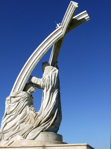 Szent István megkoronázása (2001 - Esztergom) hatalmas, süttői márványból készült tizenkét méter magas szobor