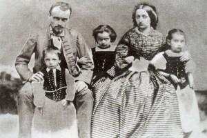 Zsolnay Vilmos feleségével, Bell Terézzel és három gyermekükkel, Miklóssal, Terézzel és Júliával (1860 körül)