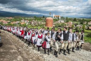 A Kis- és Nagysomlyó-hegy közötti nyeregben felállított oltárhoz érkező zarándokok Csíksomlyón 2016. május 14-én. Középen a labarum, a csíksomlyói búcsú legfőbb jelvénye. (MTI Fotó: Veres Nándor)