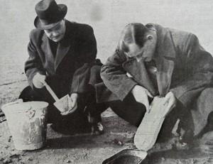 Londoni detektívek egy bűntett helyszínén talált lábnyomról lenyomatot készítenek (1950)