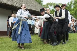 A pünkösdi királyné-járáshoz kapcsolódó népi játékokat elevenítenek fel a Nyírség és a Margaréta táncegyüttesesek Nyíregyházán a Sóstói Múzeumfaluban. (MTI Fotó: Balázs Attila)