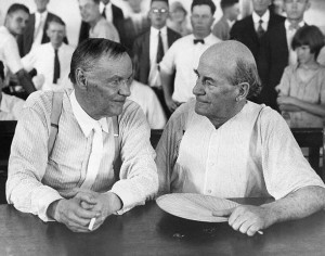 Clarence Darrow (balra) és William Jennings Bryan (jobbra) 1925