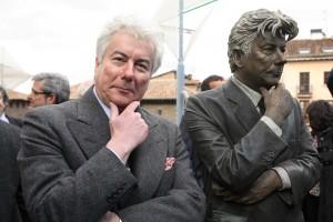 Ken Follett és a róla készült szobor Baszkföld fővárosában Vitoria-Gasteizben, Spanyolországban