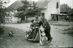 Ez éppen Berci bátyó, motorján ülve (Imreh Albert képei nyomán)