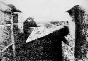 """Az egyik első sikeres """"maradandó"""" fénykép 1827-ból: Kilátás a dolgozószobából. A felvételt Joseph Nicéphore Niépce, a fotográfia egyik feltalálója készítette több mint 8 órás expozícióval Saint-Loup-de-Varennes-ben lévő házának ablakából"""