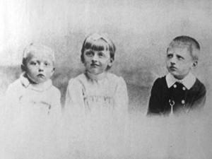A Gárdonyi gyerekek az 1890-es évek közepén (Balról jobbra: József, Gizella, Sándor)