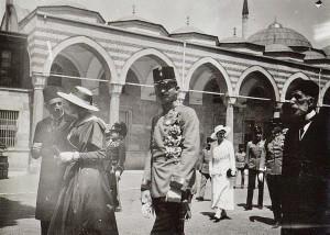 IV. Károly császár és király sétája Isztambulban, kalapban Zita királyné 1918. július