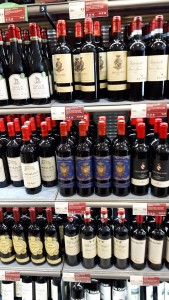 Itt vásárolom a borokat az odengatani italboltban; az olasz vörösbor szekció