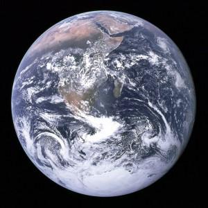 A Kék üveggolyó: a Föld képe az Apollo–17-ről félúton a Hold felé
