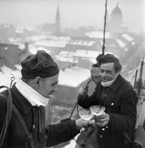 Újévi köszöntő a háztetőn, 1970. CEGLÉD Rákóczi út 14., háttérben az evangélikus és a református templom. Fortepan/Urbán Tamás