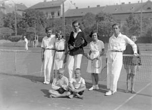 BUDAPEST, II., Széll Kálmán téri teniszpálya, csoportkép (Fotó: KURUTZ MÁRTON/Fortepan)