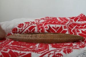 """Kalotaszegi vetélő 1883-ból, ami szerelmi ajándéknak készült Bálint-napra. A fából készült vetélő vésetének szövege: """"1883-Ba Február 14 Kén"""""""