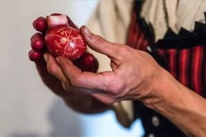 Húsvéti hímes tojások készülnek az erdélyi Csobotfalván (Fotó: Veres Nándor/MTI)