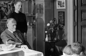 Kodály Zoltánt köszöntik lakásán 82. születésnapja alkalmából a Magyar Rádió és Televízió óvodásai, mellette felesége: Péczely Sarolta áll (fotó: MTI /Zinner Erzsébet)