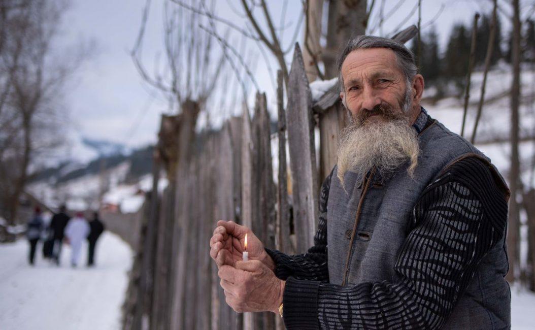 Ádám Gyula Házszentelésen a Farkasok patakán Berszán atyával című fotósorozatából